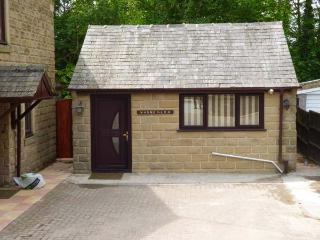 WARNEY LEA FLAT, four poster bed, wet room, good touring base in Matlock, Ref 926691