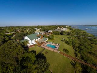 HUGE WATERFRONT HOME: HEATED POOL-SPA-DOCK..KAYAKS, Saint Augustine