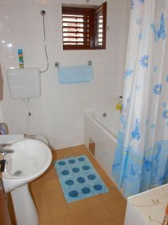 A2(6+2)-Gornji: bathroom with toilet