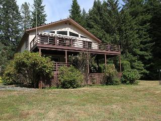 Trillium Home on 3  Acres & firepit surrounded by Redwoods with hot tub