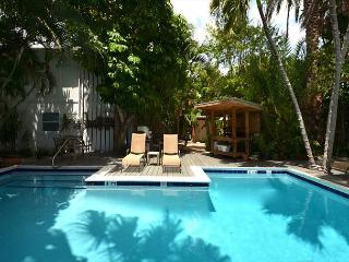 For Whom The Bell Tolls #3 - Papas Hideaway's Deluxe Studio. Heated Pool, Cayo Hueso (Key West)