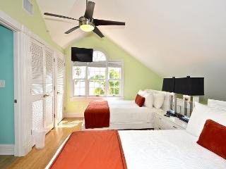 Duval Delight - Newly Renovated Condo w/ Great Balcony & Pvt Parking, Cayo Hueso (Key West)