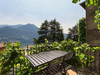 Lake-View House with Garden, Moltrasio