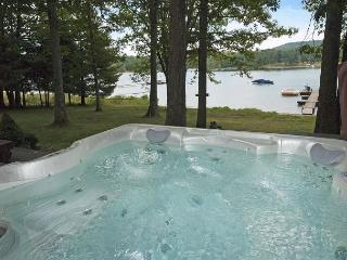 Warm & Inviting 3 Bedroom Chalet located on a peaceful lake cove!, Swanton