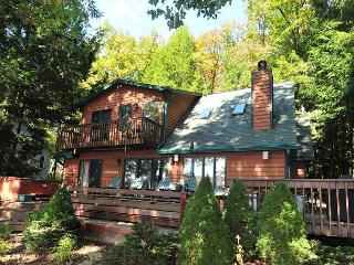 Warm & Inviting 3 Bedroom Chalet located on a peaceful lake cove!