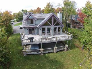 Fabulous 4 Bedroom luxury ski in/ ski out home with hot tub!, McHenry