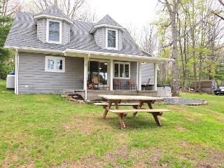 Picturesque 2 Bedroom Cottage offers privacy on stunning lakefront!, Swanton