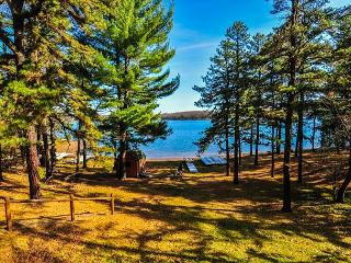 Magnificent mountain log home with spectacular lakefront, Oakland