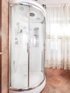 Bathroom with shower hydro-massage and hammam - (Picture by Tripadvisor)