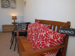 The Carys Suite, Stunning Sea View Apartment with Use of Heated Indoor Pools, Trearddur Bay