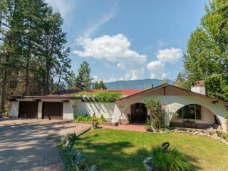 Spanish style suite + large balcony overlooking Lake w/ semi-private beach!, Kelowna