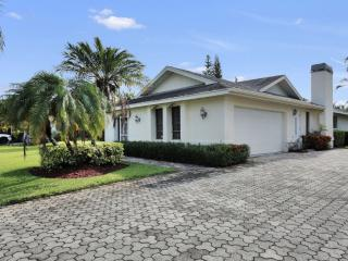 CENTER OF NAPLES, CLOSE TO 5TH AVE, AND BEACHES!