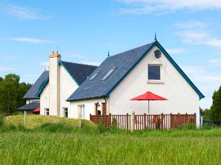 THE MEWS APT, open plan, WiFi, open views, private decking, near Inverness