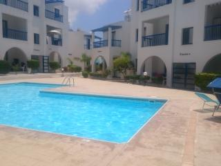 Luxury Paphos Apartment-AC,KingsizeBed,LeatherSofa, Pafos