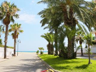 Casa de estilo mediterraneo con piscina y playa