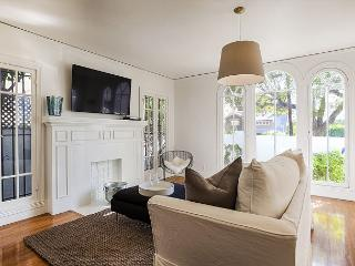 Great 3 bedroom with lots of Natural Light in Franklin Village, Los Angeles