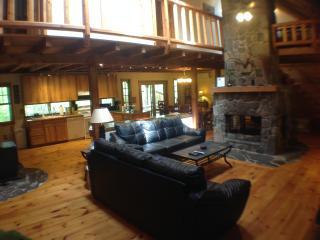Gorgeous Pocono Log Cabin on 10 Acres--Hot Tub!!, Dingmans Ferry