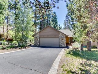 Cozy Sunriver lodge-style home w/ private hot tub & SHARC passes!