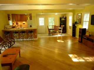 Private 4 Bedroom Retreat on 10 Acres--Hot Tub!!, Dingmans Ferry