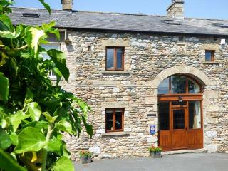WARTH BARN, family friendly, luxury holiday cottage, with a garden in Ingleton