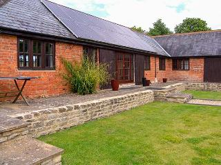 ROWDECROFT FARM BYRE, single-storey, open plan, bedrooms en-suite, in Rowde