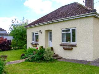 DOWNS VIEW, pet-friendly, WiFi, enclosed garden, near Mere, Ref 920641
