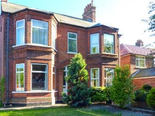 THE BEACH RETREAT, pet-friendly Victorian property, enclosed garden, open fire, Lowestoft Ref 925624