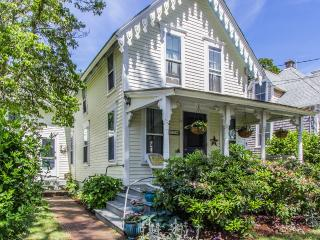 GUIDT - Pennacook Victorian House, Covenient In-town Location, Walk to Beach, Enjoy Shops, Dining and Harborfront, All Just a Short Stroll from this Quaint Home