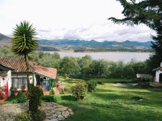 Country house by beautiful lake in Guatavita
