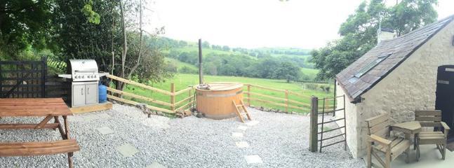 casa linda piedra, su propio espacio de jardín, jacuzzi leña exclusiva y el magnífico entorno natural