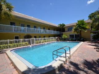 Waves 16 - 2nd Floor Condo overlooking Courtyard/Pool!  BBQ, Free Wifi w W/D!, Saint Pete Beach