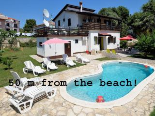 Holiday Apartments Suzy 50 m from the beach, Pjescana Uvala