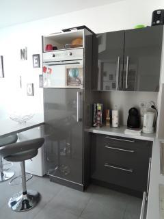 Bouilloire, machine à café, grand réfrigérateur, congélateur, four combiné