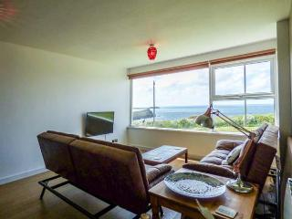 SPINDRIFT, pet-friendly, opposite the beach, parking, Porth near Newquay, Ref. 916078
