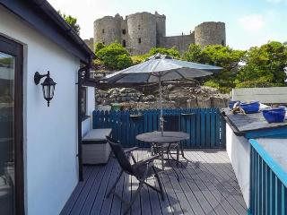 THE OLD BAND HALL amazing views, next to castle, romantic retreat in Harlech Ref