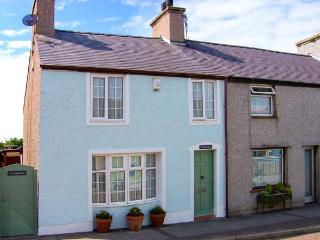 GWYNFA, end-terrace, woodburner, pet-friendly, enclosed patio, WiFi in Cemaes Bay, Ref 919685
