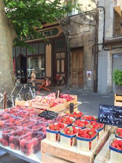 La porte de l immeuble se trouve derrière les fraises