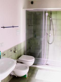 bagno privato della stanza grade con soppalco