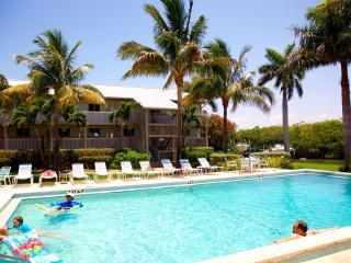 Marina Villa #905 Dolphin Sights Daily, Pool, 3 min. walk to Beach -Many extras!