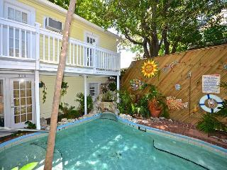 Garden 2 Blocks from Mallory Square! Relaxing pool and breakfast!, Key West