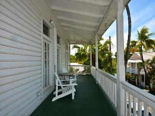 Duval Heaven - 1 bed 1 bath just steps to Duval St! Huge Balcony!, Key West