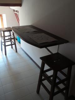 Angolo con tavolino reclinabile per la colazione e/o il pranzo e la cena