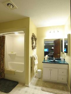 Full Bath with Tub/Shower: Towels, linens, and amenities are provided