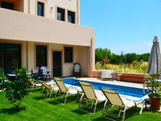 Villa 350mt to beach,private pool & seaview,4 bedrooms,walking distance to all, Maleme