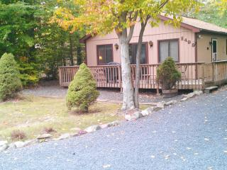 2 bdr./Mt.. Pocono area, with 7 person hot tub