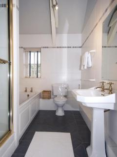 North Pembrokeshire holiday cottage - en-suite with shower and bath