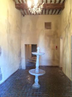 jolie fontaine en marbre dans l entrée de l immeuble classé.