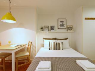 Design studio in heart of Alfama,wifi,1 double bed, Lissabon