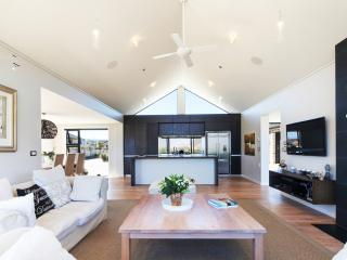 Luxurious home with views of Lake Wanaka & mountains, hot tub & close to tracks.