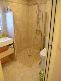 La salle de douche à l'italienne et son Wc accès handicapé